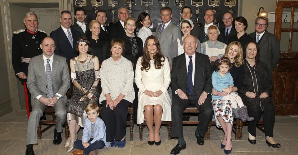12.mar.2015 - Catherine, duquesa de Cambridge, posa com o elenco da série inglesa