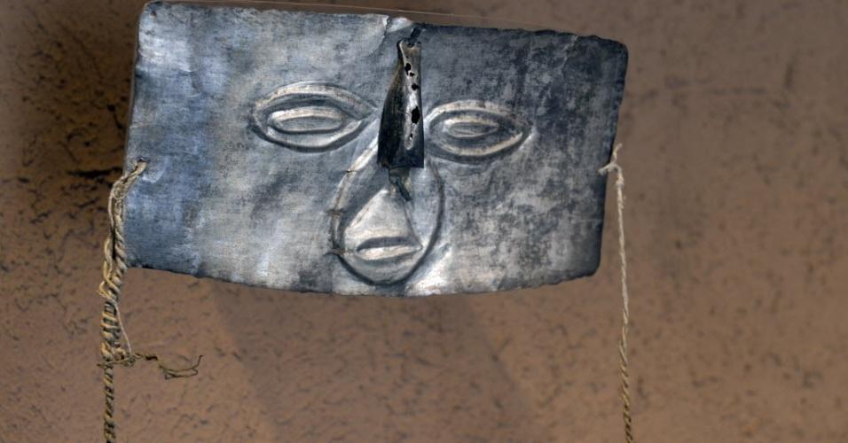 12.mar.2015 - Máscara cerimonial de prata em exposição no museu Puruchuco, em Lima, no Peru. O leste de Lima, onde está Puruchuco, vive momento de crescimento econômico e boom imobiliário