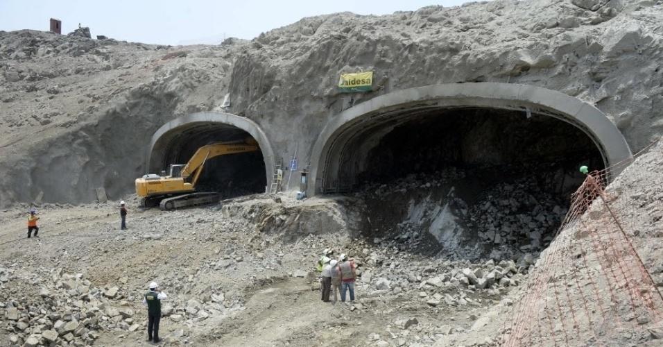 12.mar.2015 - Operários trabalham na construção de túneis sob o sítio arqueológico de Puruchuco, em Lima, no Peru. Pode parecer um morro sem grandes atrativos, mas guarda anos de histórica pré-incaica em seu ventre