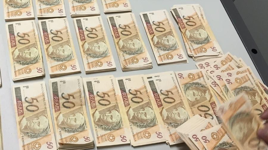 12.mar.2015 - Quase R$ 100 mil em notas de R$ 50 falsificadas foram apreendidos em Assis (SP) - PRF/Divulgação