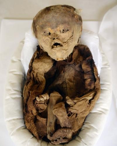 12.mar.2015 - Um bebê mumificado da época pré-incaica em exposição no museu Puruchuco, em Lima, no Peru. Duas avenidas que estão em construção ao redor do sítio arqueológico passarão por baixo da terra, em grandes túneis, pora não afetar comprometer o patrimônio do local