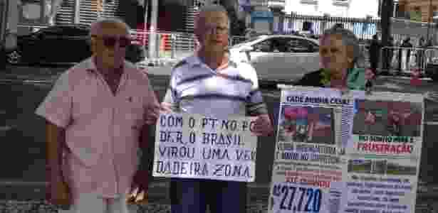 Dos dez manifestantes, apenas três esperaram a chegada de Temer para protestar - Carlos Eduardo Cherem/UOL