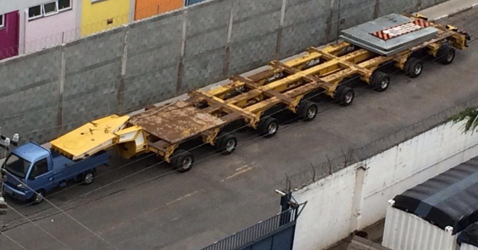 13.mar.2015 - A foto foi tirada por um internauta em frente a uma transportadora. O veículo azul estacionou próximo à carreta e deixou a impressão de que estava puxando o engate