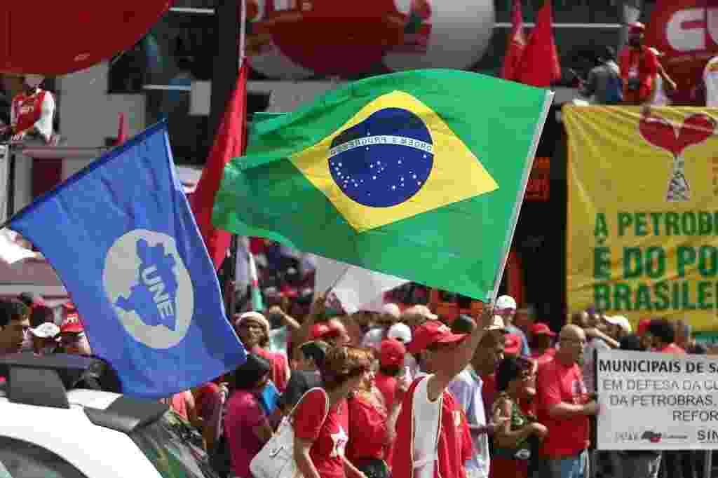 13.mar.2015 - Manifestantes interditaram uma faixa da avenida Paulista no sentido Paraíso, durante manifestação em defesa da Petrobras. Além de ressaltar a defesa à estatal e se colocar contra o impeachment da presidente Dilma, o protesto, organizado pela CUT (Central Única de Trabalhadores), também tem por objetivo pressionar o governo federal a reverter as decisões que restringem os direitos trabalhistas, além de pressioná-lo a realizar a reforma política - Danilo Verpa/Folhapress