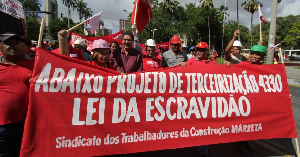 13.mar.2015 - Manifestantes participam de ato em defesa da Petrobras no Recife (PE)