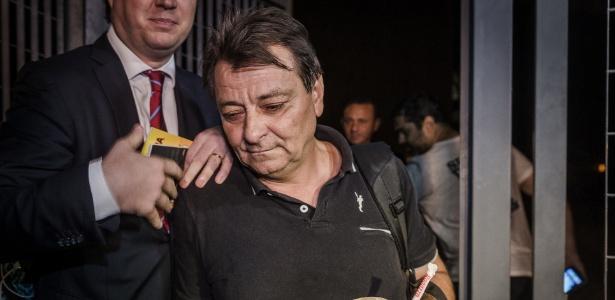 13.mar.2015 - O italiano Cesare Battisti deixa o prédio da superintendência da Polícia Federal