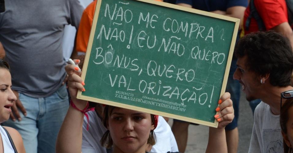 13.mar.2015 - Os professores da rede estadual de São Paulo aprovaram uma greve por tempo indeterminado. Eles querem 75,33% de aumento salarial, reabertura de salas fechadas, contratação dos professores temporários, convocação de concursos, entre outras reivindicações. A próxima assembleia será no dia 20