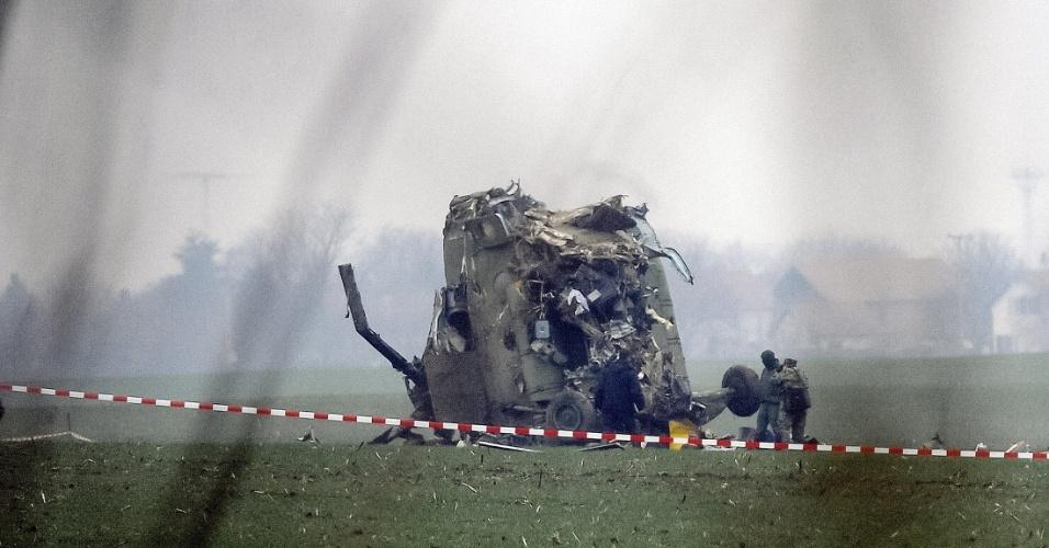 14.mar.2015 - Ao menos sete pessoas morreram em um acidente com um helicóptero militar na Sérvia na sexta-feira (13). A aeronave transportava um bebê de cinco dias de idade para um hospital. Além da criança, morreram dois médicos e quatro integrantes da equipe do helicóptero