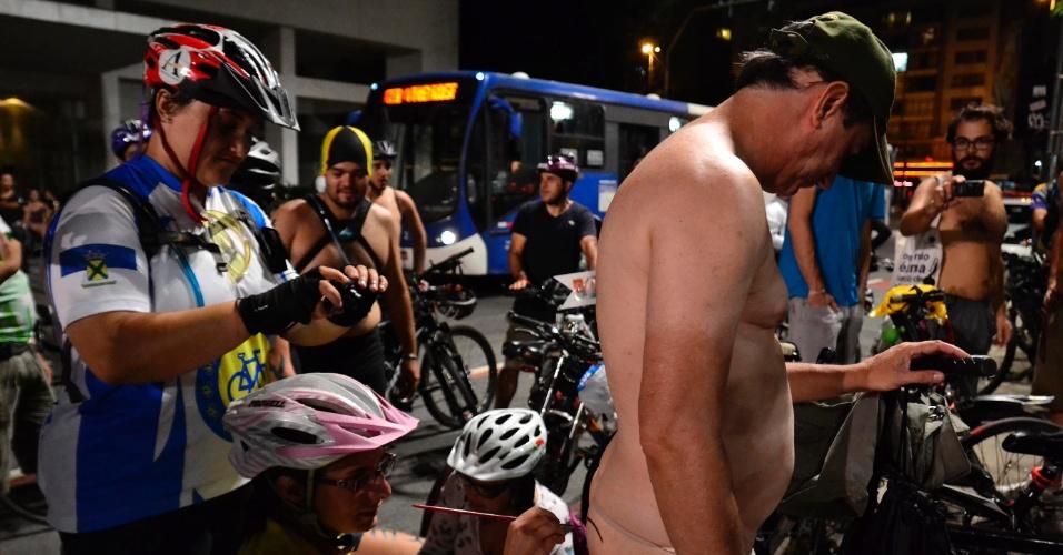 14.mar.2015 - Dezenas de ciclistas participaram da 8ª Pedalada Pelada, realizada na avenida Paulista, em São Paulo. O movimento protesta por melhores condições de trânsito para os ciclistas