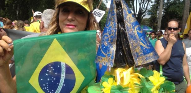 MG: Mulher reza a Nossa Senhora Aparecida pelo impeachment de Dilma - Carlos Eduardo Cherem/UOL
