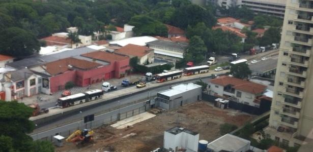 """Caminhoneiros fazem """"buzinaço"""" na avenida Rebouças, em SP - Fabrício Venâncio Chagas/UOL"""