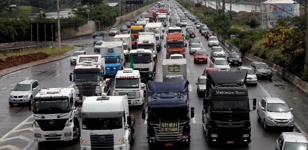 SP: Caminhoneiros protestam na marginal Pinheiros - Rafael Arbex/Estadão Conteúdo