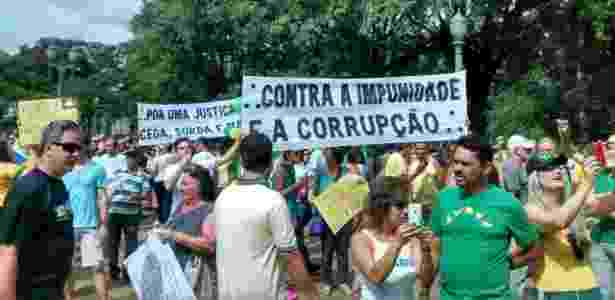 Manifestantes na praça da Liberdade, em BH, onde acontece o protesto de 15 de março - Wil Lima/UOL