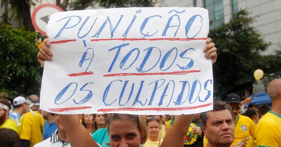 15.mar.2015 - Manifestantes exibem cartazes contra o governo federal em protesto na avenida Paulista, em São Paulo. Em diversas cidades brasileiras, foram realizados atos criticando o atual governo e pedindo a saída da presidente Dilma Rousseff