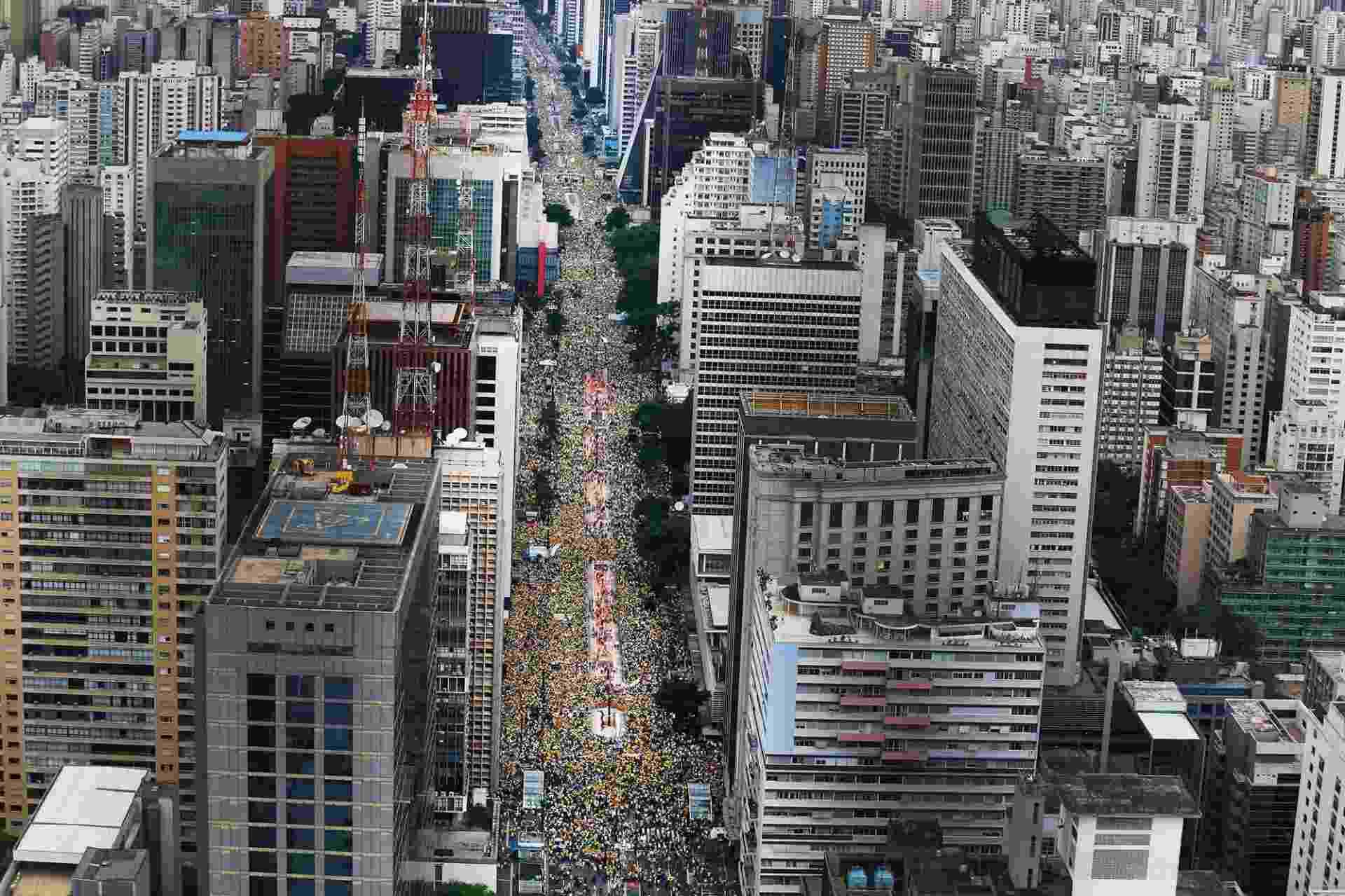 15.mar.2015 - Manifestantes lotam a avenida Paulista, em São Paulo, em protesto que pede o impeachment da presidente Dilma Rousseff. Diversas cidades do país recebem neste domingo (15) manifestações organizadas para criticar o governo - Jorge Araújo/Folhapress