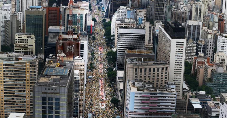 15.mar.2015 - Manifestantes lotam a avenida Paulista, em São Paulo, em protesto que pede o impeachment da presidente Dilma Rousseff. Diversas cidades do país recebem neste domingo (15) manifestações organizadas para criticar o governo