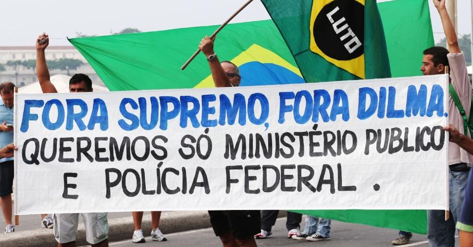 15.mar.2015 - Manifestantes carregam faixa pedindo o fim do STF (Supremo Tribunal Federal) em ato contra o governo na praia de Copacabana, no Rio de Janeiro. Diversas cidades do país recebem neste domingo (15) manifestações organizadas para criticar o governo