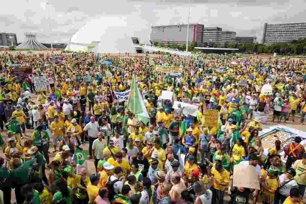15.mar.2015 - Manifestantes se reúnem em ato para pedir o impeachment da presidente Dilma Rousseff, na Esplanada dos Ministérios, em Brasília. Diversas cidades do país recebem neste domingo (15) manifestações organizadas para criticar o governo - Sergio Lima/Folhapress