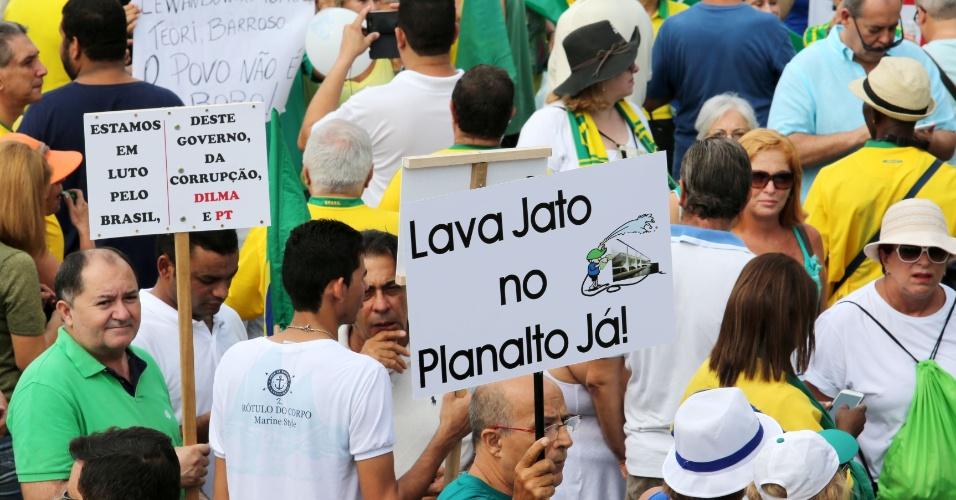 15.mar.2015 - Manifestantes se reúnem na praia de Copacabana, no Rio de Janeiro. Diversas cidades do país recebem neste domingo (15) manifestações organizadas para criticar o governo