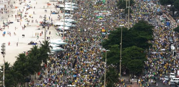 """No Rio, manifestantes pedem renúncia de Dilma, tiram """"selfies"""" e tomam cerveja - Júlio César Guimarães/UOL"""