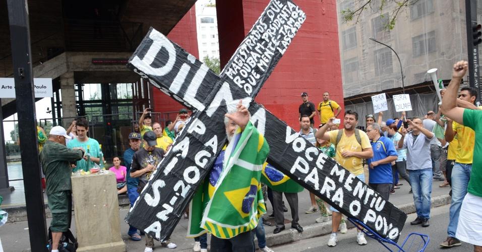 15.mar.2015 - Manifestantes se reúnem no vão livre do Masp, em São Paulo, para pedir o impeachment da presidente Dilma Rousseff. Diversas cidades do país recebe neste domingo (15) manifestações organizadas para criticar o governo
