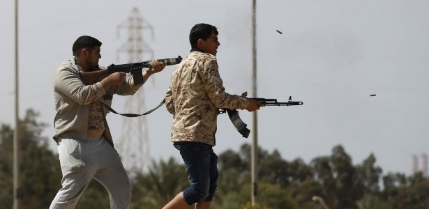 Militantes de Misrata (terceira maior cidade da Líbia) atiram contra membros do Estado Islâmico, perto de Sirte