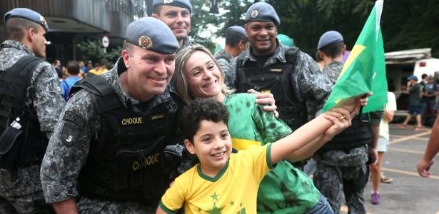 SP: Policiais militares participam de 'selfie' na avenida Paulista  - Danilo Verpa/Folhapress