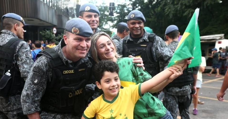 15.mar.2015 - Policiais militares posam para foto com manifestantes durante ato contra o governo da presidente Dilma Rousseff, na avenida Paulista, no centro de São Paulo, neste domingo (15)