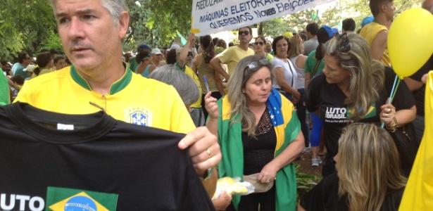 BH: Camiseta contra o governo federal é vendida nas ruas - Carlos Eduardo Cherem/UOL