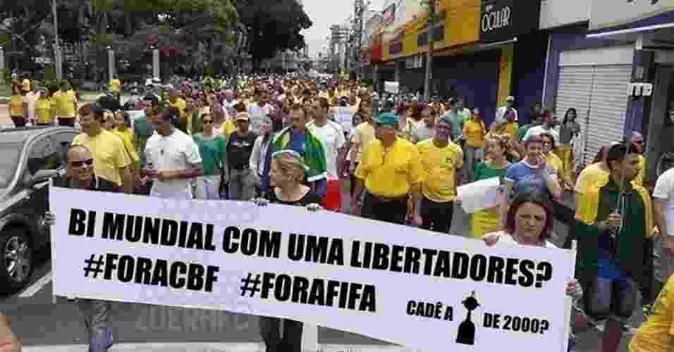 15.mar.2015 - Vitória do Corinthians no Mundial de Clubes de 2000 também virou alvo de reclamação nos protestos deste domingo (15) - Reprodução