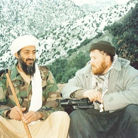 "Bin Laden ao lado de um de seus aliados, Abu Musab al-Suri, em imagem de 2015 - Abdel Barri Atwan/US Attorney""s Office-SDNY/The Guardian"