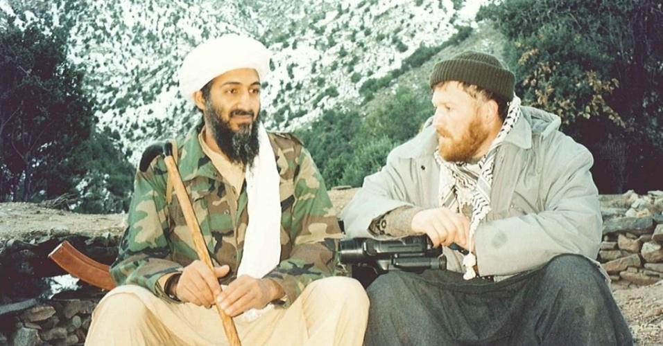 16.mar.2015 - Aqui, Bin Laden está ao lado de um de seus aliados, Abu Musab al-Suri