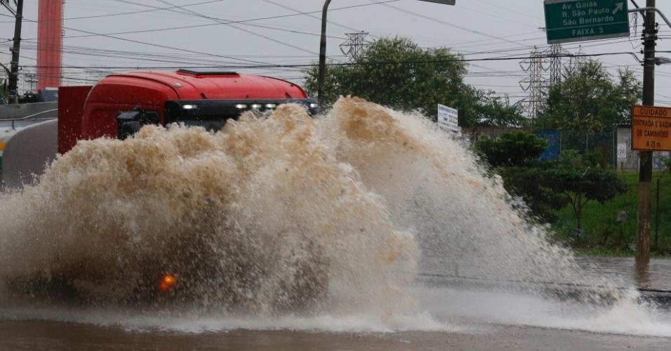 16.mar.2015 - Caminhão enfrenta ponto de alagamento na avenida Almirante Delamare, próximo à divisa com São Caetano (SP), durante forte chuva que caiu na tarde desta segunda-feira (16) em São Paulo