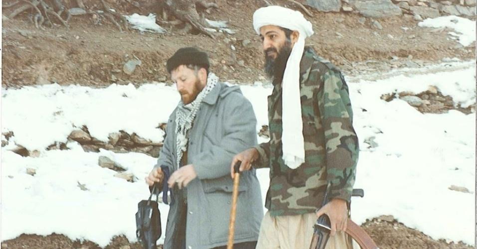 16.mar.2015 - Com uma bengala em uma das mãos e uma arma na outra, Bin Laden caminha ao lado de Abu Musab al-Suri
