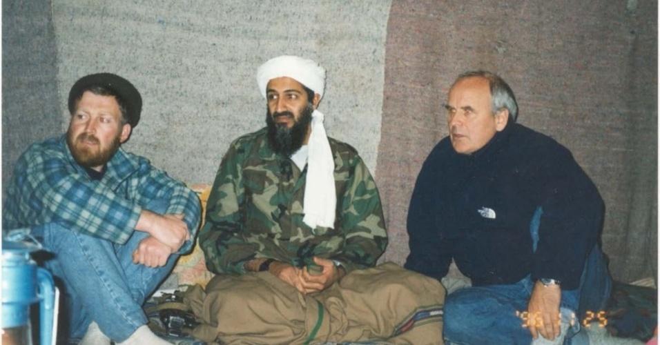 16.mar.2015 - Da esquerda para a direita: Suri, Bin Laden e Gwynne Roberts, produtor britânico de documentários