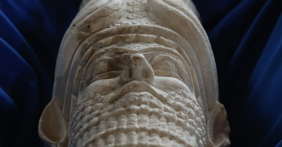 16.mar.2015 - Escultura que reproduziria a cabeça do rei assírio Sargão 2º é exposta durante cerimônia de repatriação de artefatos culturais iraquianos que entraram ilegalmente nos Estados Unidos, em Washington (EUA). Cerca de 60 objetos serão devolvidos ao Iraque após serem recuperados pelo ICE (Departamento de Imigração e Alfândega dos Estados Unidos, sigla em inglês), em meio à polêmica de que o Estado Islâmico estaria destruindo tesouros históricos do país. As relíquias serão expostas no Museu Nacional de Bagdá, reaberto no final de fevereiro, após permanecer fechado por 12 anos