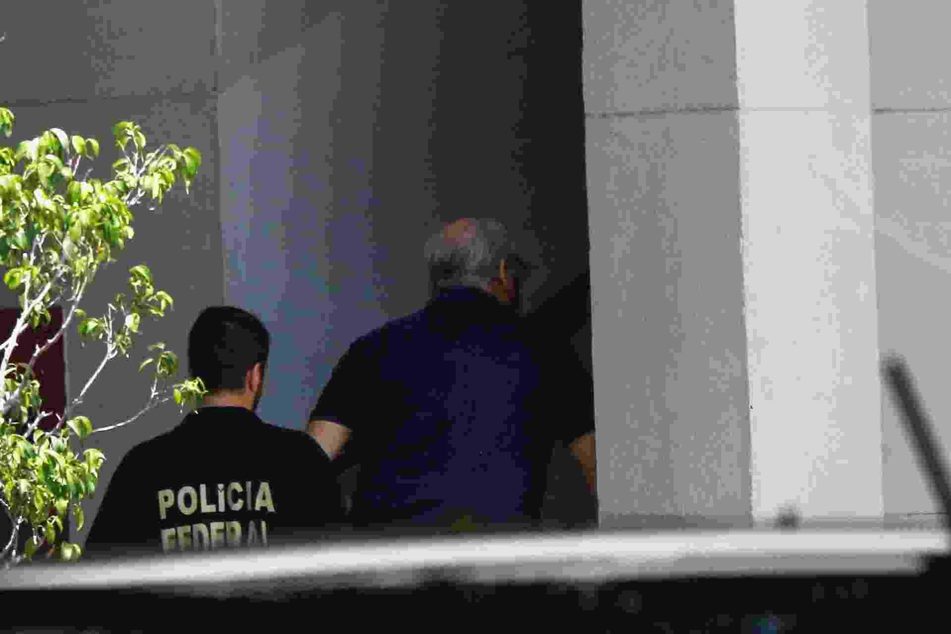16.mar.2015 - Ex-diretor de Engenharia e Serviços da Petrobras, Renato Duque foi preso, nesta segunda (16) pela Polícia Federal. Duque --envolvido na operação Lava Jato-- foi preso porque, segundo a PF, estaria movimentando dinheiro depositado em contas no exterior - Daniel Scelza/ABI/Agência O Globo