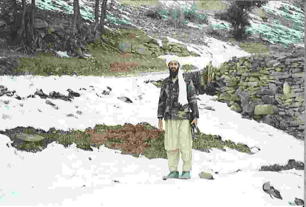16.mar.2015 - Imagens raras de Osama bin Laden em uma região montanhosa do Afeganistão foram divulgadas pela promotoria de Justiça de Nova York (EUA) durante o julgamento de Khaled al-Fawwaz. As fotografias foram feitas por Abdel Barri Atwan, fundador e então editor do semanário árabe independente 'al-Quds al-Arabi', publicado em Londres (Inglaterra), que foi convidado por Bin Laden ao seu refúgio. Nesta imagem, o líder da Al Qaeda segura um fuzil AK-47 ao caminhar na região de montanhas de Tora Bora - Abdel Barri Atwan/US Attorney's Office-SDNY/The Guardian