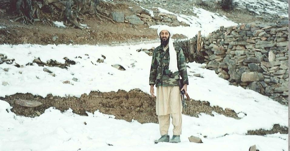 16.mar.2015 - Imagens raras de Osama bin Laden em uma região montanhosa do Afeganistão foram divulgadas pela promotoria de Justiça de Nova York (EUA), durante o julgamento de Khaled al-Fawwaz. As fotografias foram feitas por Abdel Barri Atwan, fundador e então editor do semanário árabe independente al-Quds al-Arabi, publicado em Londres (Inglaterra), que foi convidado por Bin Laden ao seu refúgio. Nesta imagem, o líder da al Qaeda segura uma metralhadora AK 47 ao caminhar na região de montanhas de Tora Bora