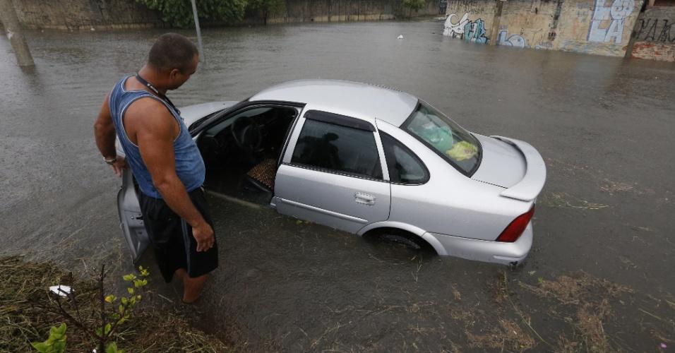 16.mar.2015 - Motorista observa carro alagado em uma rua próxima à praça Mário Zan, no Ipiranga, zona sul de São Paulo, durante forte chuva que caiu na tarde desta segunda-feira (16) na capital paulista