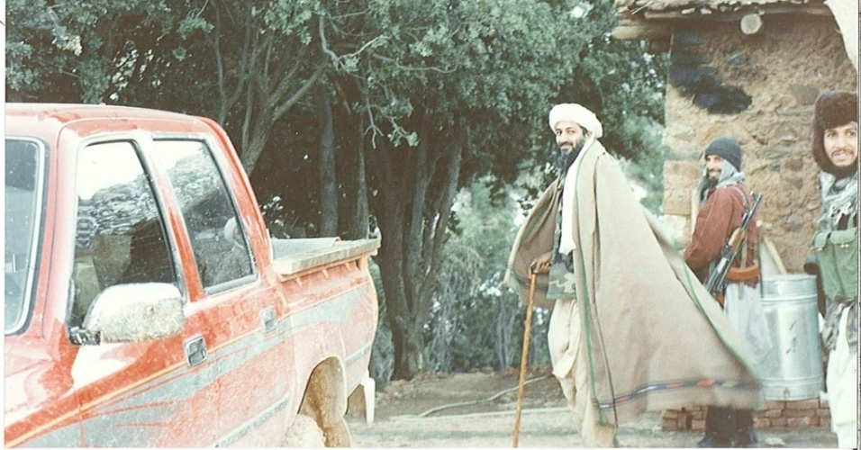 16.mar.2015 - Nesta imagem, Osama bin Laden, portando um tipo de bengala, é acompanhado de seguranças