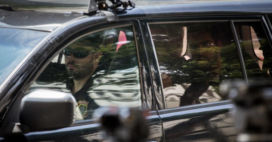16.mar.2015 - O ex-diretor de Serviços da Petrobras Renato Duque voltou a ser preso pela Polícia Federal, nesta segunda-feira (16), em uma nova fase da operação Lava Jato, que investiga um esquema bilionário de corrupção na estatal. Duque foi preso pela primeira vez em 14 de novembro junto com executivos de grandes empreiteiras do país, após uma série de denúncias de corrupção envolvendo grandes obras da Petrobras. Ele deixou a prisão em dezembro graças a um habeas corpus