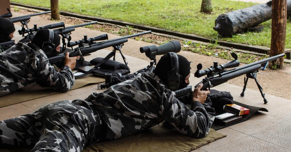 """16.mar.2015 - No segundo semestre do ano passado, durante a edição mais recente da Semana do Sniper, realizada pelo Comando de Operações Táticas do Departamento de Polícia Federal, os policiais paranaenses obtiveram cinco das melhores classificações na competição, que reuniu profissionais de todo o país, destacando-se no exercício de disparos a longa distância, entre 600 e 900 metros. O sucesso do filme """"Sniper Americano"""", baseado na vida de Chris Kyle, profissional da Marinha norte-americana que atuou na guerra do Iraque, chama atenção para o trabalho desenvolvido pelos atiradores de elite das polícias do Paraná, no sul do Brasil"""