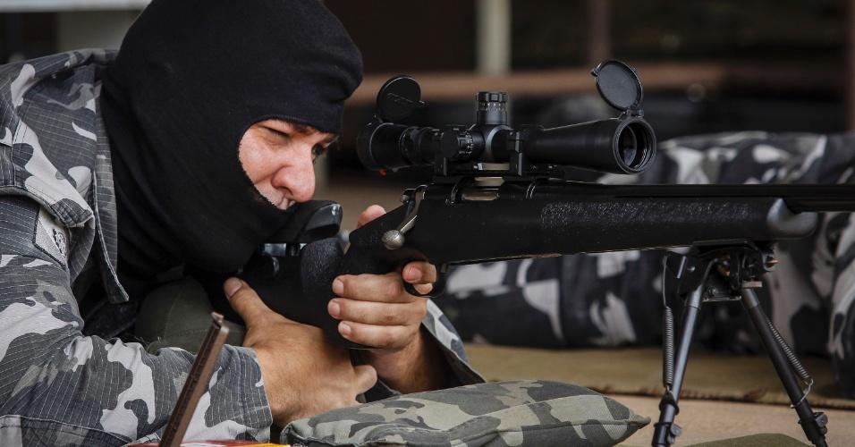 """16.mar.2015 - Juntamente com fuzis, munição específica (com maior precisão) e lunetas de observação, os snipers paranaenses são equipados com aparelhos de alta tecnologia para que a probabilidade de erro seja a menor possível, como telêmetro (para medir distâncias), e termo-higrômetro (indicador de temperaturas e umidade). O sucesso do filme """"Sniper Americano"""", baseado na vida de Chris Kyle, profissional da Marinha norte-americana que atuou na guerra do Iraque, chama atenção para o trabalho desenvolvido pelos atiradores de elite das polícias do Paraná, no sul do Brasil"""