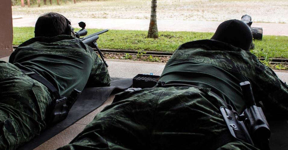 """16.mar.2015 - Durante a ação, os atiradores de elite, conhecidos como snipers, trabalham em duplas. Normalmente, eles estão posicionados a uma distância que varia de 100 a 300 metros, mas alguns dos disparos já atingiram mais de 1.000 metros. O sucesso do filme """"Sniper Americano"""", baseado na vida de Chris Kyle, profissional da Marinha norte-americana que atuou na guerra do Iraque, chama atenção para o trabalho desenvolvido pelos atiradores de elite das polícias do Paraná, no sul do Brasil"""