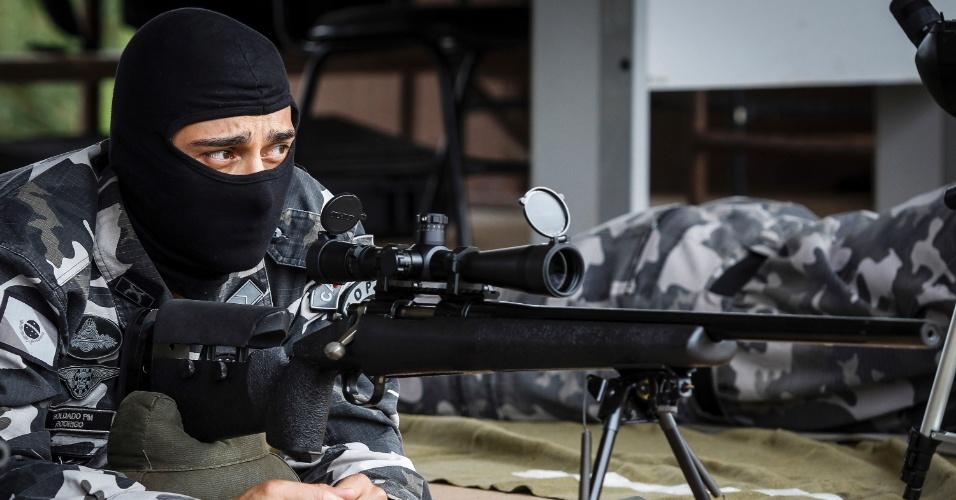 """16.mar.2015 - No Paraná, são oito snipers no COE (Comando e Operações Especiais), subunidade do Bope (Batalhão de Operações Policiais), da Polícia Militar, e quatro profissionais especializados que fazem parte do Tigre (Tático Integrado de Grupos de Repressão Especial), da Polícia Civil, além de outros dois que estão em formação. O sucesso do filme """"Sniper Americano"""", baseado na vida de Chris Kyle, profissional da Marinha norte-americana que atuou na guerra do Iraque, chama atenção para o trabalho desenvolvido pelos atiradores de elite"""