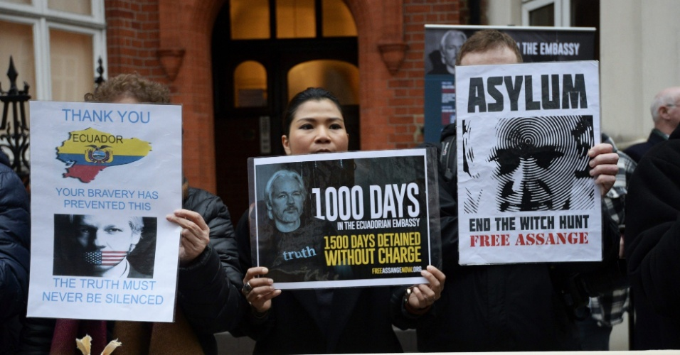 16.mar.2016 - Julian Assagen completa mil dias de asilamento político na embaixada do Equador