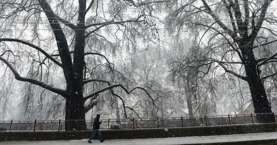 Morador da Caxemira, na Índia, caminha durante uma forte tempestade de neve na região nesta segunda (16)
