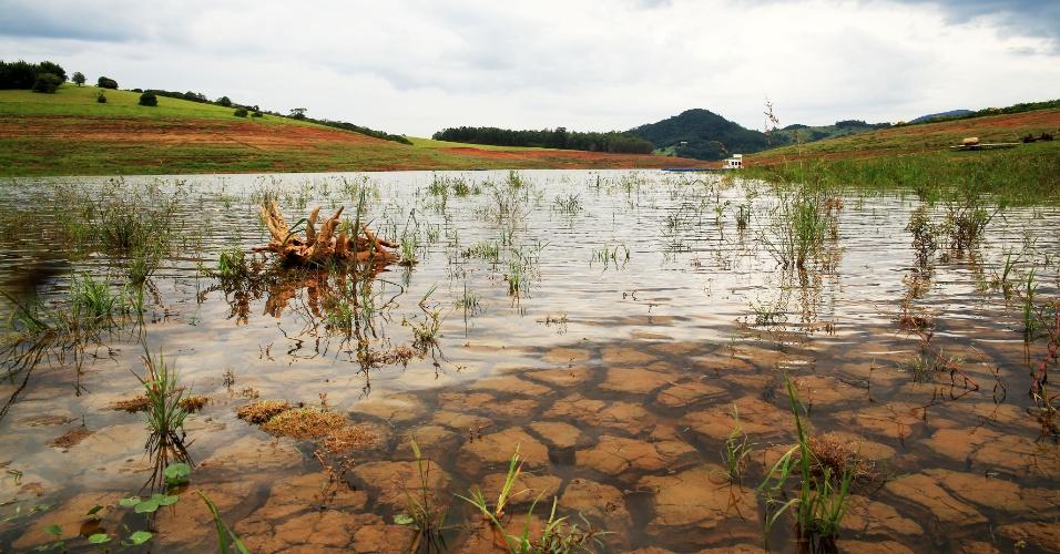 17.mar.2015 - Água cobre rachaduras do solo da represa Jaguari-Jacareí na cidade de Piracaia (SP), que faz parte do sistema Cantareira, nesta terça-feira (17). As chuvas ajudaram a subir o nível de todos os seis principais mananciais responsáveis por abastecer a capital e a Grande São Paulo, segundo boletim da Sabesp. O índice do Cantareira passou de 15% para 15,3%, percentual que inclui duas cotas do volume morto