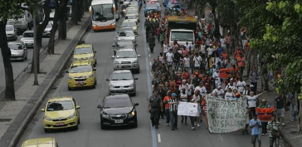 Cerca de 200 garis em greve que estavam concentrados na Candelária, no centro, fazem protesto em direção à Prefeitura do Rio, pela avenida Presidente Vargas - Fábio Gonçalves/Agência O Dia/Estadão Conteúdo